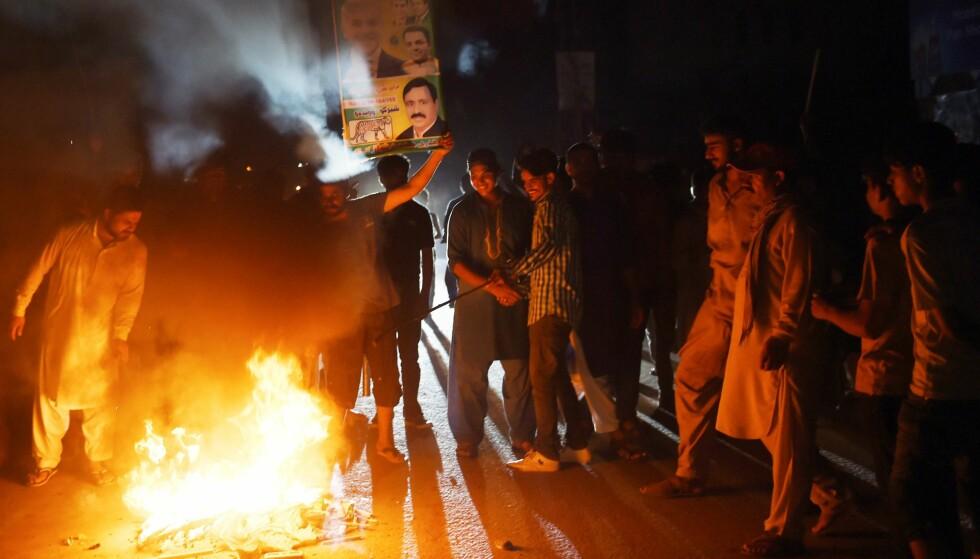 DEMONSTRASJONER: Tilhengere av pakistans tidligere statsminister Nawaz Sharif ble avbildet i går, i påvente av at Sharif skulle lande på flyplassen i Lahore. Foto: Arif Ali / AFP / NTB Scanpix