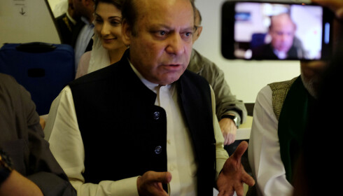 PÅGREPET: Pakistans tidligere statsminister Nawaz Sharif, som er dømt for korrupsjon, ble fredag pågrepet på flyplassen i Lahore etter å ha kommet hjem fra London.  Foto: Drazen Gorgic / Reuters / NTB Scanpix