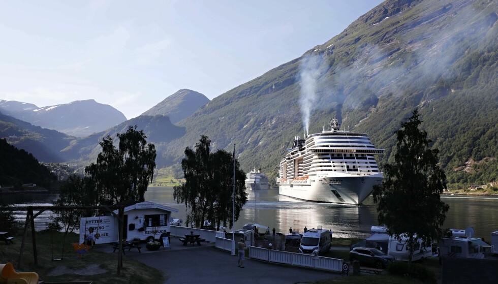GIGANT: «MSC Meraviglia» ankom Geirangerfjorden i forrige uke. Det var skipets første av totalt tre turer inn i fjorden i sommer. Foto: Finn Magne Grande