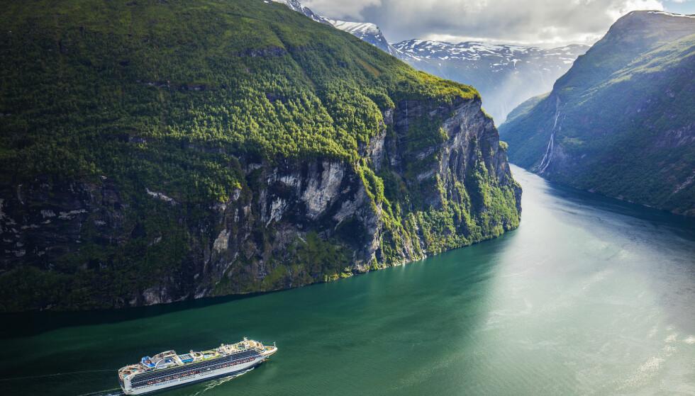 IDYLLISK: Cruiseskipet Sapphire Princess, eid av Princess Cruises, på vei ut Geirangerfjorden i Møre og Romsdal. Foto: Halvard Alvik, NTB scanpix