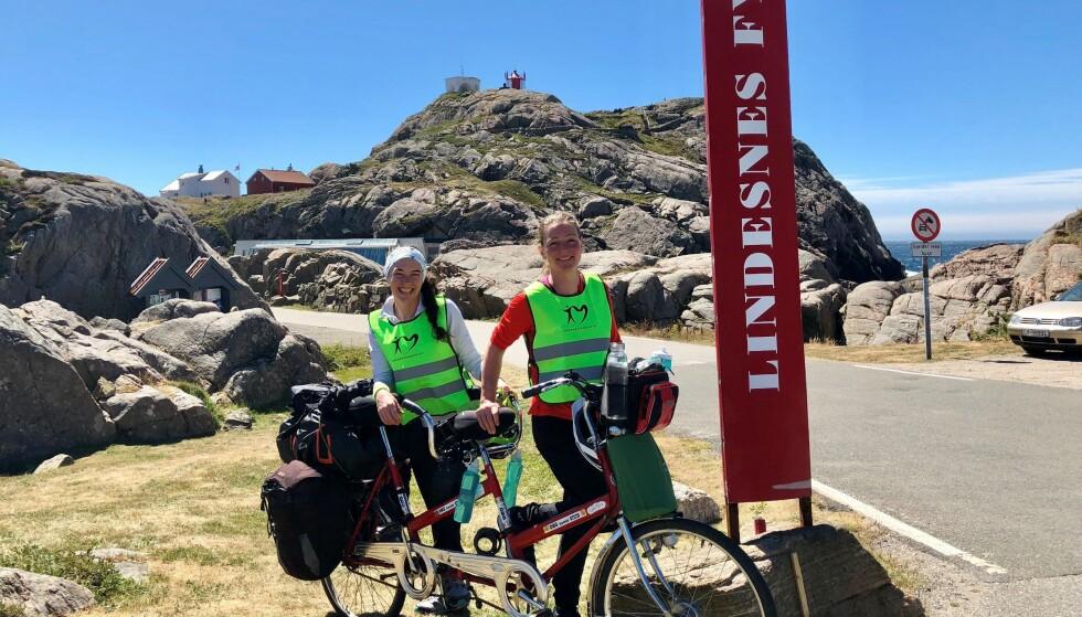 TANDEMSYKKEL: Jeanette Reistad og venninna Janne Korneliussen sykler fra Lindesnes til Moss på tandemsykkel for å feire et nytt hjerte. Foto: Jeanette Reistad.