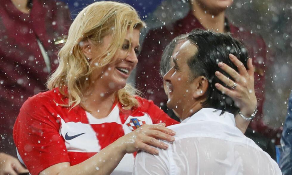 GODT TAK: President Kolinda Grabar-Kitarovic gir trener Zlatko Dalic en varm omfavnelse etter finaletapet for Frankrike. Foto: NTB scanpix