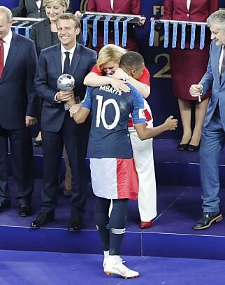 GRATULERER MED SEIEREN: Også Frankrikes Kylian Mbappé fikk kjenne presidentens armer rundt seg. Foto: NTB scanpix