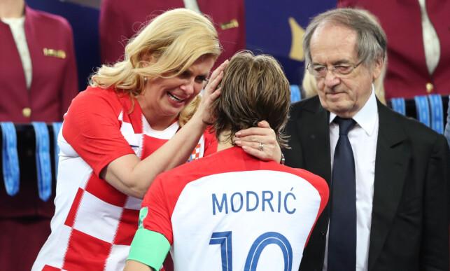 FØLELSER: Luka Modric får et trøstende klapp på kinnet. Foto: NTB scanpix