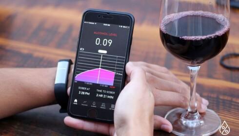 SKAL BARE SJEKKE MOBILEN: På displayet kan du se hvor lang tid det tar før glasset med rødvin er ute av kroppen. Foto: Produsenten
