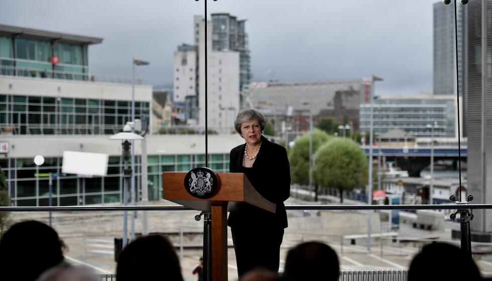 BER TYNT: Statsminister Theresa May under en tale i Waterfront Hall i Belfast i Nord-Irland fredag. Det er der hennes største hodepine i forholdet til EU ligger. Hun ba EU utvikle sine tanker og ikke stå fast på ugjennomførlige standpunkter. Det samme mener EU om hennes forslag. Foto: Pa / NTB Scanpix / Charles Mcquillan
