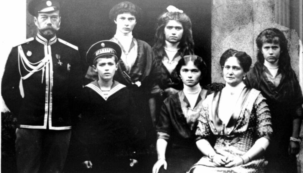 Familien Romanov: Tsar Nikolai II med sin kone Tsarina Aleksandra, tronarvingen Aleksei, prinsesse Olga, Tatjana, Maria og Anastasia. Foto: EPA / ITAR-TASS / NTB Scanpix
