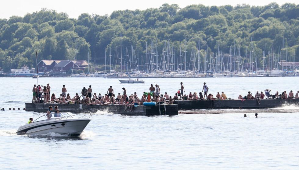 VIBRIO: Sørenga sjøbad er en populær destinasjon når varmegradene stiger. Dessverre gir også det varme været bedre vekstmuligheter for vibriobakterier. Foto: Lise Åserud / NTB scanpix