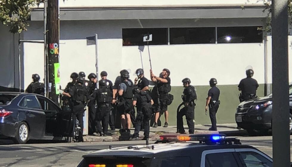 DRAMATISK: I en mulig gisselsituasjon, skal en mann i tenåra ha barrikadert seg inne i en butikk i Los Angeles, California. Foto: AP / NTB Scanpix