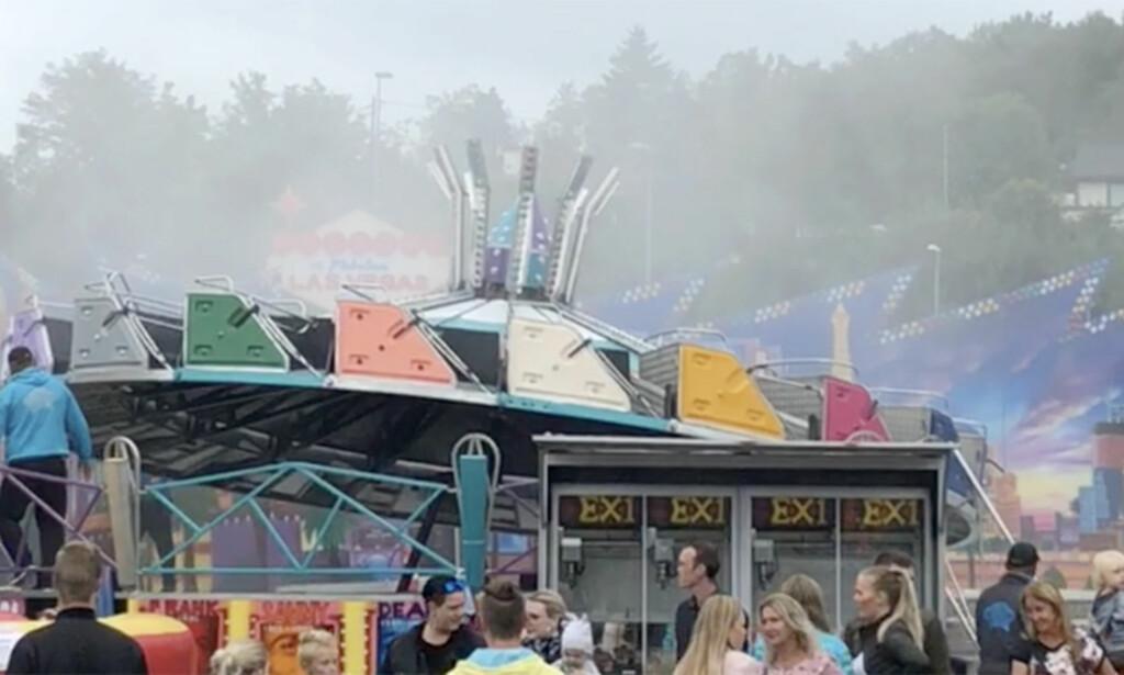 BERGEN: Søndag ettermiddag stoppet en karusell opp på Skandinavisk Tivolipark i Bergen. Røyken som ser ut til å ha skremt flere, skal ha kommet fra et pulverapparat. Foto: Benedicte Telle