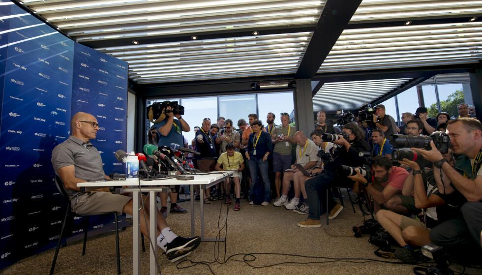 STORT OPPMØTE: De fleste medier var til stede under Team Sky sin pressekonferanse på tourens hviledag. Foto: Scanpix