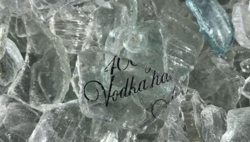 SPRITFLASKER: Mange av glasskårene bærer logoen til spritflaskene de kommer fra. Foto: Martine Aurdal