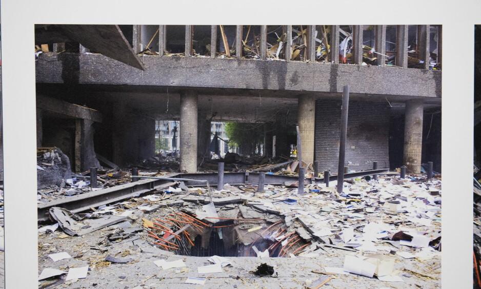 HER STO BOMBEBILEN: Regjeringskvartalet kan selvsagt ikke stå igjen som en ruin, men må bygges om til å bli sikrere og mer funksjonelt enn før. Det er åpenbare sikkerhetsutfordringer knyttet til å bevare 22. juli-senteret i Høyblokka. De må løses.
