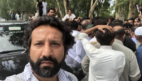 FØR ANGREPET: Kadafi Zaman sendte filmsnutter fra de politiske demonstrasjonene i Gujrat-distriktet til TV 2. Før han skulle gå på direkten ble han angrepet av det pakistanske politiet. Foto: Privat