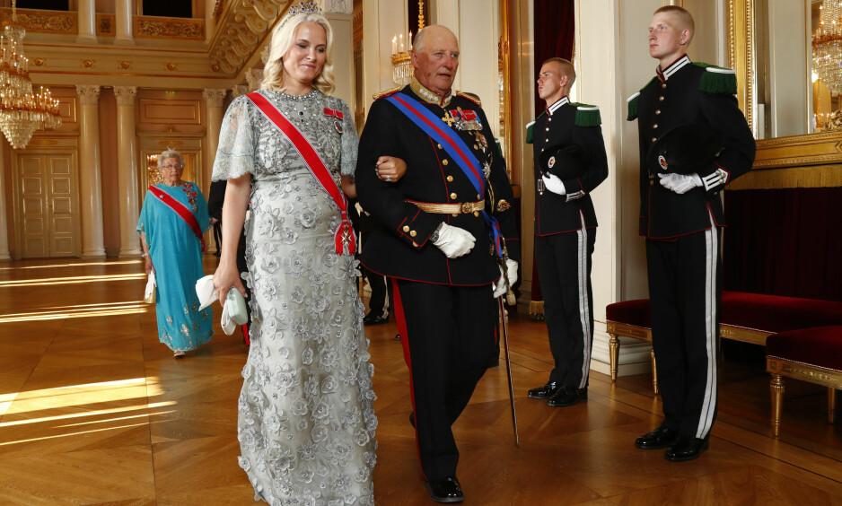 BEST I JOBBEN: 43 prosent av befolkningen mener ifølge en fersk undersøkelse at Kong Harald gjør den beste jobben i kongehuset. Her på gallamiddag på Slottet under et statsbesøk fra Slovakia i juni i år, sammen med kronprinsesse Mette-Marit. Foto: Heiko Junge / NTB scanpix