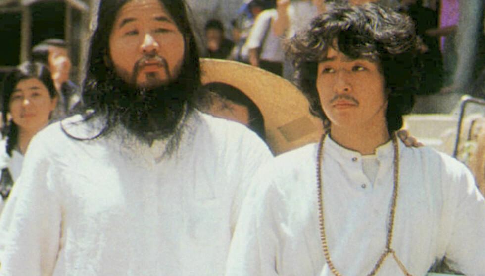 HENRETTET: Sektleder Shoko Asahara (t.v.,) ble henrettet 6. juli sammen med seks andre medlemmer av Aum Shinrikyo, deriblant Yoshihiro Inoue (t.h.). Torsdag ble de siste seks medlemmene henrettet. Foto: Kyodo News via AP / NTB scanpix