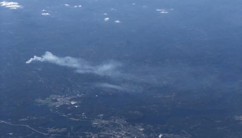 SKOGBRANN: En kraftig skogbrann ved Vindslandsheia sprer seg fort på grunn av mye vind. Her er brannen i 16-tida sett fra ett fly. Brannen har spredt seg fra 15 til 150 mål. Foto: Anita Arntzen / Dagbladet