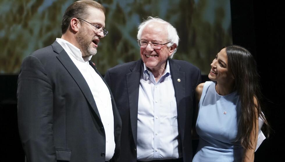 Kongresskandidat: James Thompson (t.v.) står sammen med Bernie Sanders og Alexandria Ocasio-Cortez i Wichita i delstaten Kansas i USA. Foto: Jaime Green / The Wichita Eagle / NTB Scanpix