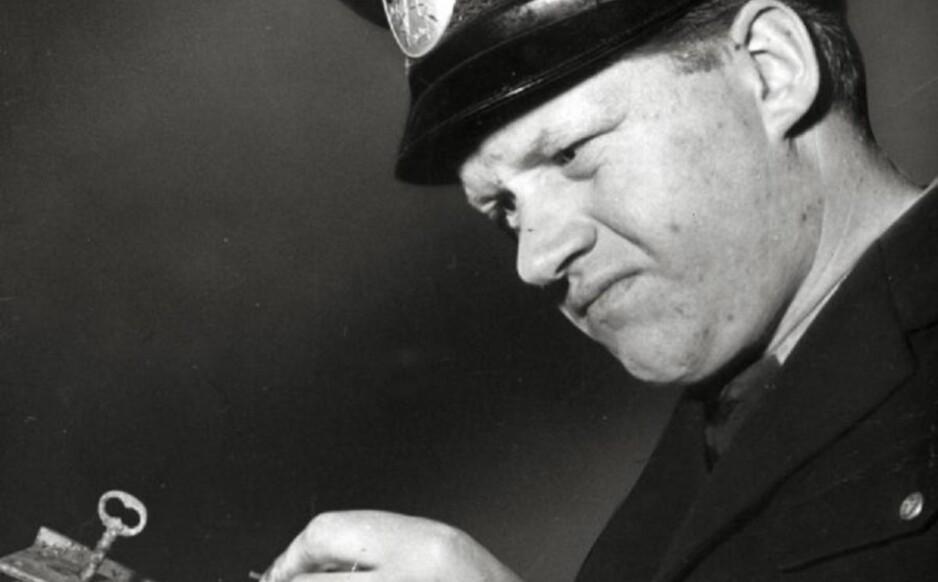 PLIKTOPPFYLLENDE: Tore Hedin poserer med en brannskadd dørlås fra huset der han myrdet mølleren Allan Nilsson. Foto: Stieg Eldh/Wikimedia Commons