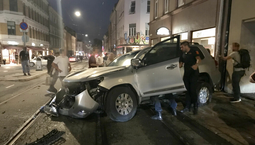 KOLLISJON: To sivile politibiler krasjet i hverandre i Oslo sentrum natt til søndag. Foto: Ralf Lofstad / Dagbladet