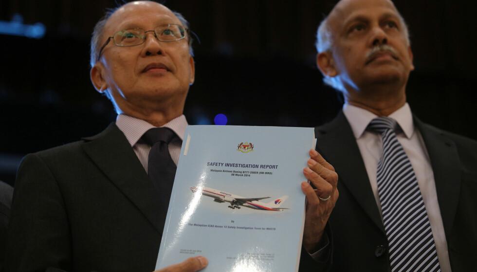 DEN SISTE RAPPORTEN: Etterforskningsleder Kok Soo Chon viser fram rapporten fra MH370 som forsvant for fire år siden. Chon forteller alle detaljene på en pressekonferranse i Putrajaya, Malaysia mandag. Foto: Sadiq Asyraf / REUTERS / NTB Scanpix