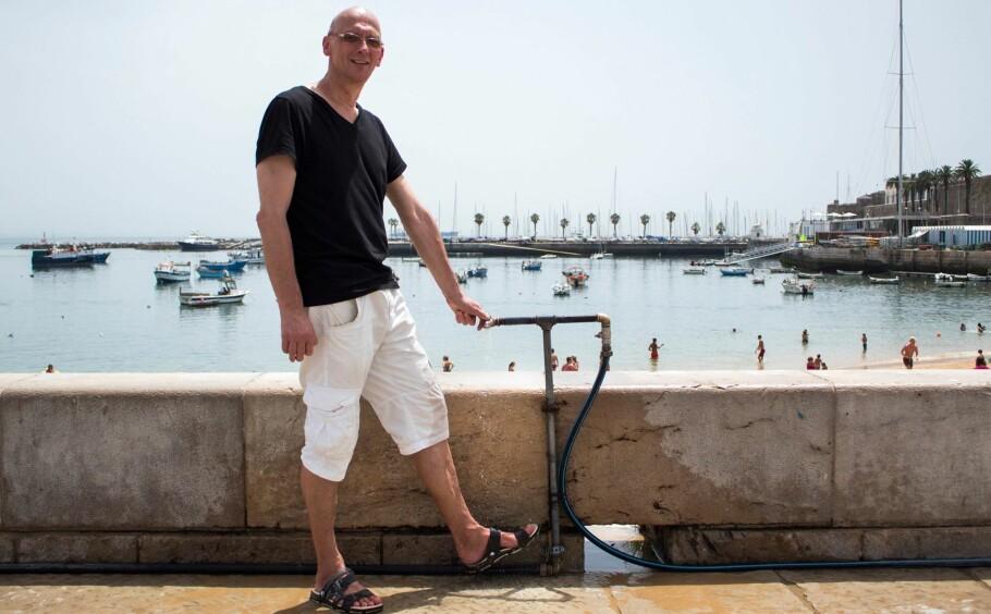 UBEHAGELIG VARMT: Arnt Jensvoll (60) kjøler seg ned i vannet på stranda i Cascais, Portugal, når det blir for varmt. Heldigvis bor familien ved kysten og slipper unna den verste varmen. Foto: Alvilde Jensvoll