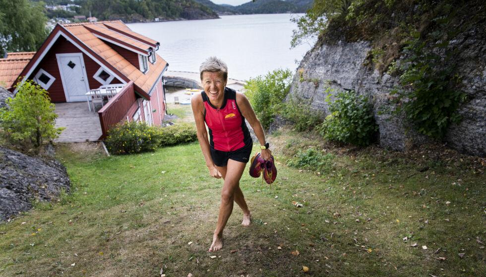 FULL AV ENERGI OG GLEDE: Ingrid Kristiansen stortrives på ferieparadiset på Ørstvetøya i Porsgrunn. Den aktive familien har båter, sykler og SUP-brett tilgjengelig på hytta - for å nevne noe. Foto: Lars Eivind Bones/Dagbladet