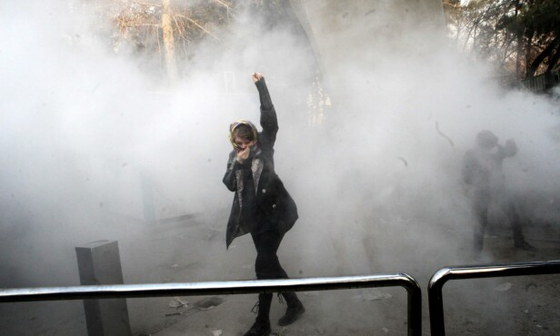TRØBBEL PÅ HJEMMEBANE: Iran har vært rystet av omfattende uro den siste tida, blant folk som er misfornøyde med regimet; her fra desember i fjor. I denne situasjonen er Sandbergs tilnærming til prestestyret kjærkomment, mener Mahmood Amiry-Moghaddam. Foto: AFP / NTB Scanpix