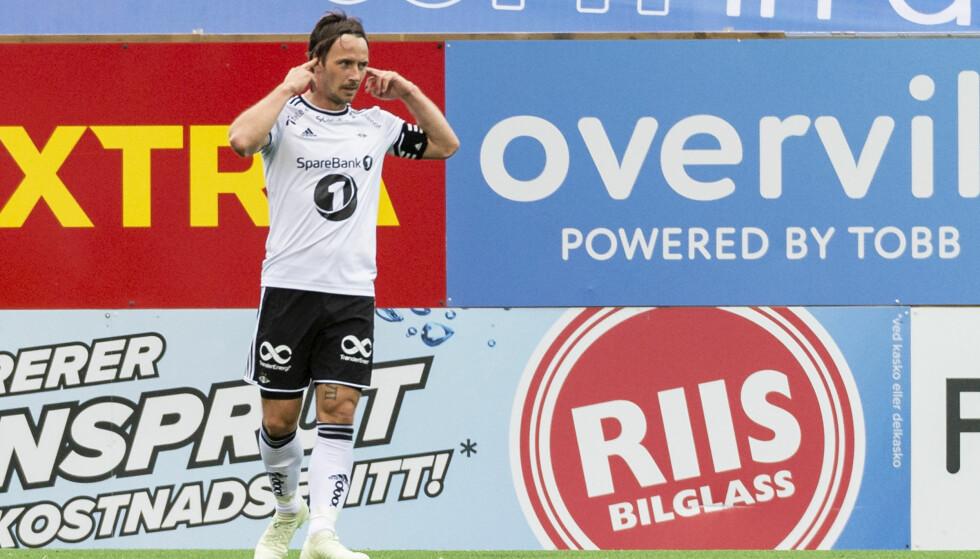 FEIRING: Mike Jensen stappet fingrene i øret etter å ha sendt Rosenborg i ledelsen. Foto: Ned Alley / NTB scanpix