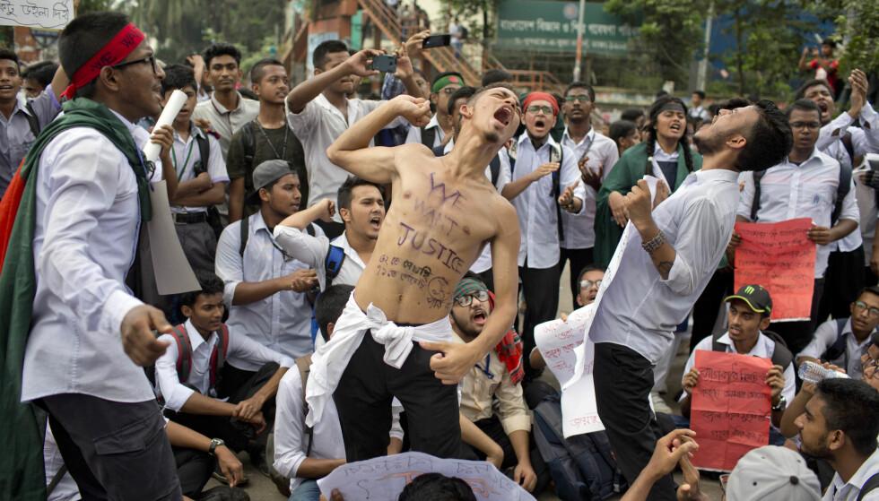 KREVER RETTFERDIGHET: - Vi vil ha rettferdighet, står det på brystet til en av de ti tusenvis av studentene som demonstrerer i Dhakas gater i Bangladesh. Foto: A. M. Ahad / AP Photo / NTB Scanpix