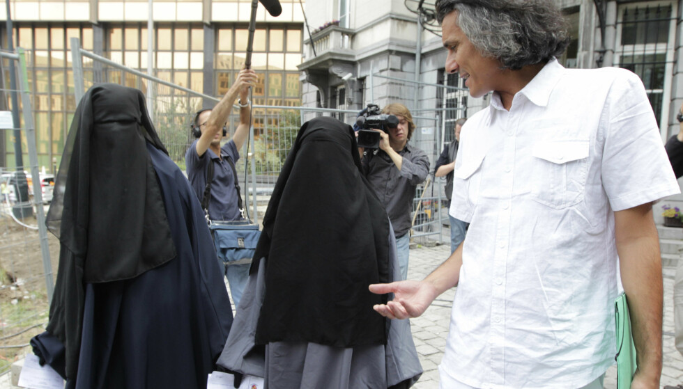 BETALER BØTER: Nekkaz har allerede betalt en rekke bøter for nikab-kledde kvinner i Frankrike og Belgia. Her er han sammen med to søstre han betalte bøter for i Brussel, 17. august 2011. Foto: NTB Scanpix