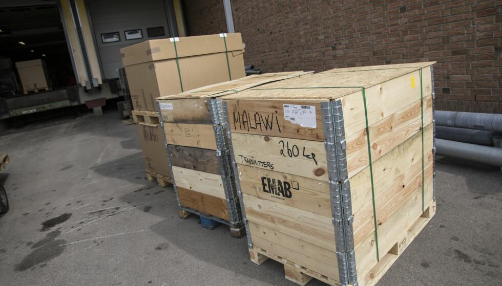 PÅ VEI TIL AFRIKA: I disse kassene ligger utstyret som ble brukt til å drifte FM-nettet i Norge. 14 FM-transmittere er sendt til Malawi. Frakten kostet 90 000 kroner. Foto: Astrid Hexeberg / Plan International Norge.