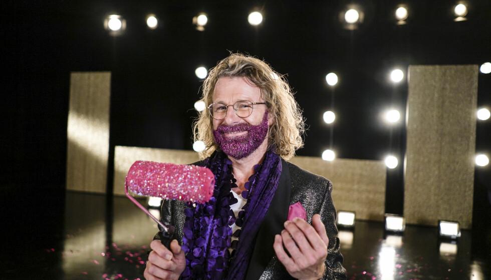 MALER: Einar Nilsson bytter ut malekosten med dansesko. Foto: Joakim Kleven / TV 2