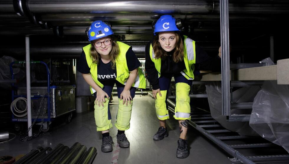 VARSLER: Elektromontører Kristine Wendt (til venstre) og Mar Gjelstad er svært kritiske til arbeidsforholdene i den lave tekniske mellometasjen i det nye Nasjonalmuseet. Foto: Henning Lillegård / Dagbladet