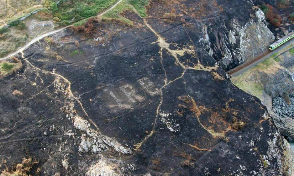 AVDEKKET: Mesteparten av «Éire»-navnet synes tydelig på det svartsvidde neset på østkysten av Irland. Foto: Garda Air Support Unit