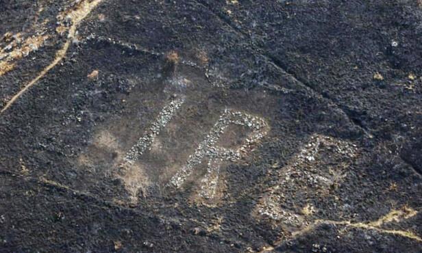STEINER: Tegnet består både av en utskjæring i terrenget samt en mengde steiner. Foto: Garda Air Support Unit