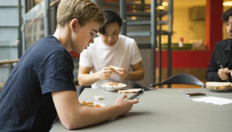 TIDSTYV: Frankrike har innført nasjonalt mobilforbud for elever - også i friminutt. Nå før skolestart har debatten blusset opp igjen også i her hjemme. Foto: Thomas Brun / NTB scanpix