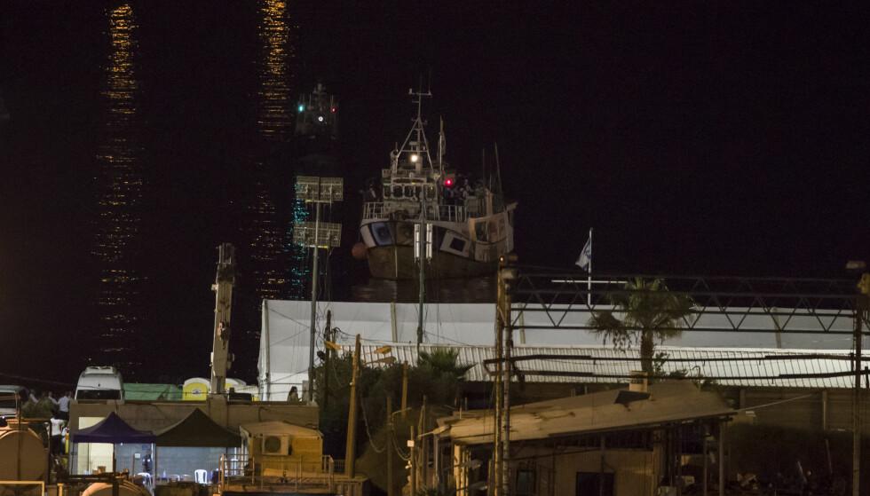 Etter å ha tatt kontroll over den norske båten Kårstein, med aktivister som var på vei til Gaza for å bryte blokaden, loser militæret den inn til militær havn i Ashdod i Israel 29. juli. Foto: AP / NTB Scanpix