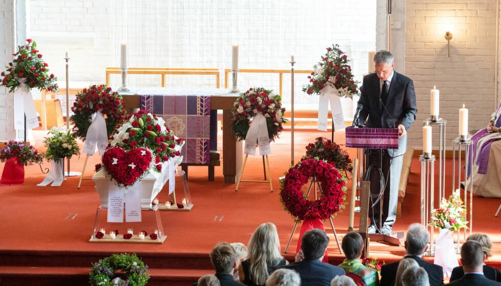 TALER: Venner og familie tar farvel med Hans Kristian Amundsen i Nordberg kirke torsdag. Her holder Jens Stoltenberg tale om sin nære venn. Foto: Audun Braastad / NTB Scanpix