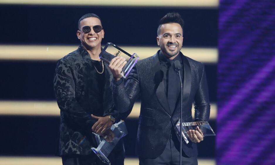FREKT TYVERI: «Despacito»-stjerna Daddy Yankee (t.v) ble tirsdag denne uka utsatt for et frekt tyveri. Her sammen med låtskriveren bak hitlåta fra i fjor, Luis Fonsi. Foto: AP / NTB Scanpix