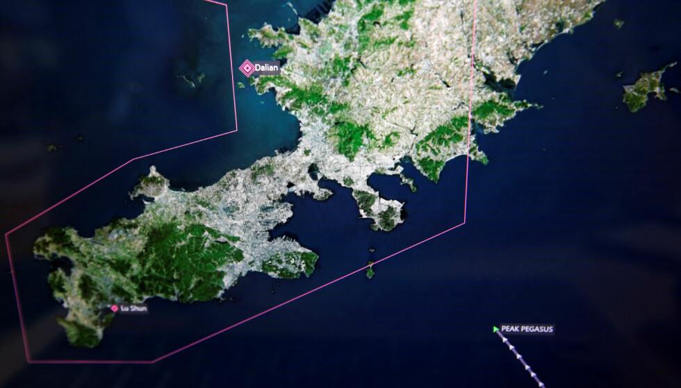 PÅ VEI: På dette bildet, tatt av en monitor som overvåker skipsfart, ser man lasteskipet Peak Pegasus på vei mot Dalian. En måned seinere, ligger skipet omtrent på samme sted. Foto: Reuters / NTB Scanpix