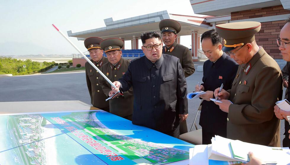SATSER PÅ TURISME: På dette bildet inspiserer Nord-Koreas mektige leder Kim Jung-un et turistanlegg som er under bygging i Wonsan-Kalma-området. Interessen for å besøke landet er økende, spesielt blant kinesere. Men i store deler av september stenger hele Nord-Korea for turister, angivelig for å pusse opp landets hoteller. Foto: AFP / NTB Scanpix