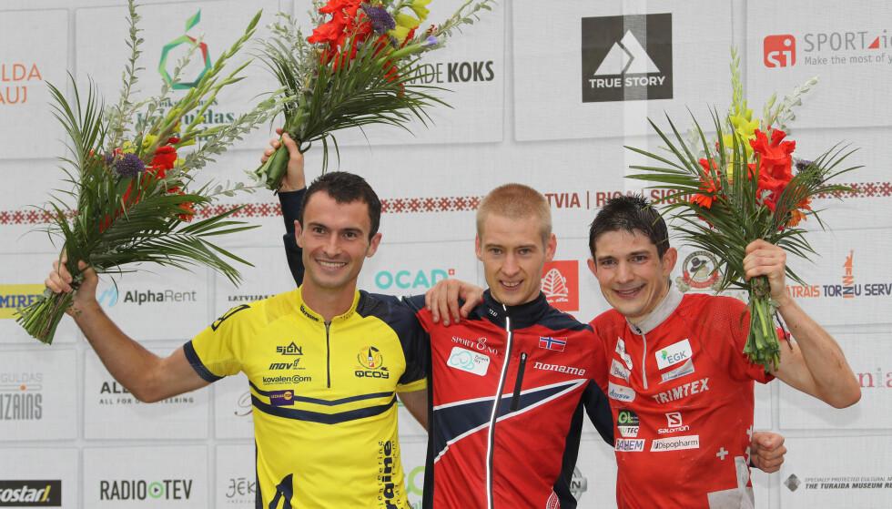 GULL: Olav Lundanes (midten) tok VM-gull i orientering, langdistanse på lørdag. Nummer to ble Ruslan Glibov fra Ukraina og nummer tre ble Fabian Hertner fra Sveits.   Foto: Remy Steinegger / NTB scanpix