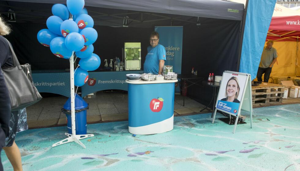 INGEN SANDBERG: De må trolig klare seg uten Per Sandberg på Frp-standen i Arendal i år. Popcorn-maskin og ballonger er en fattig trøst. Foto: Terje Pedersen / NTB scanpix