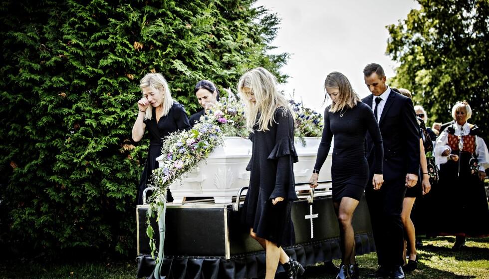 BAR UT KISTA: Kristin Størmer Steira, Marit Bjørgen, Therese Johaug, Ingvild Flugstad Østberg bærer Skofteruds kiste etter begravelsen. Foto: Nina Hansen