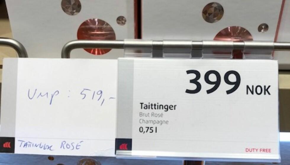 SKJULT INFO: Lurer du på hva vinen i taxfree-hylla koster på Vinmonopolet? Bak en rekke av prislappene i ankomstbutikken på Gardermoen har du inntil i dag kunnet finne skjulte lapper med informasjon om polprisen. Foto: Privat