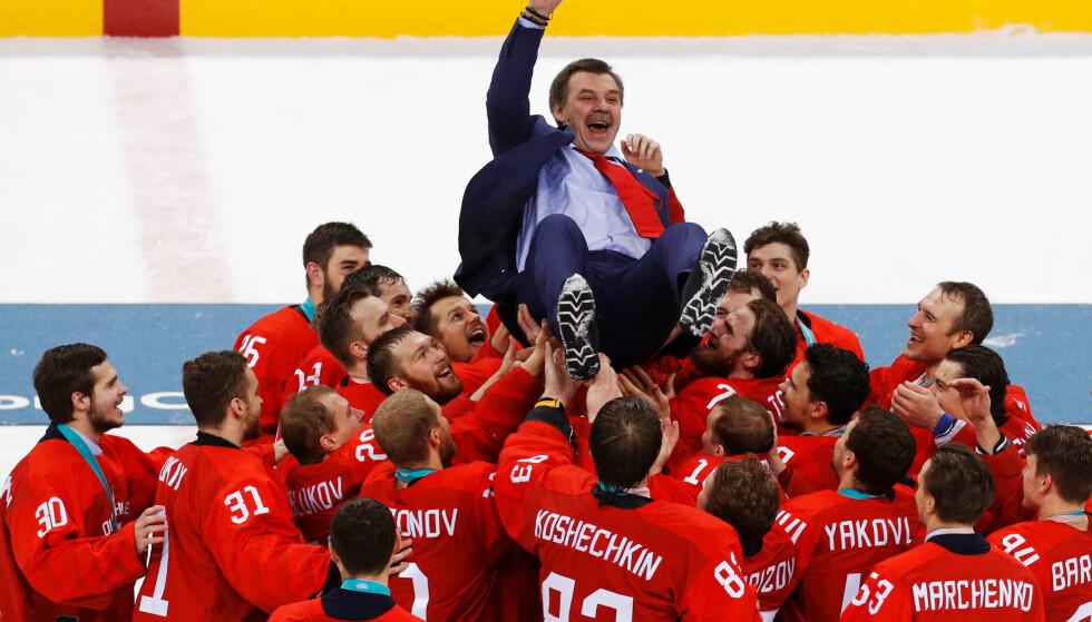 KAN BLI BORTE? Her feirer russiske ishockeyspillere - som spilte under navnet OAR i OL i Pyeongchang - OL-gullet i ishockey. Foto: AP Photo/Jae C. Hong