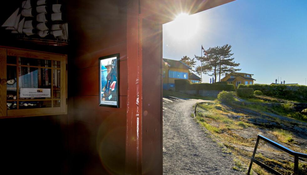 MINNETAVLE: Ved båthuset på Nakholmen i Oslo-fjorden er det satt opp en minnetavle over offeret etter drapet 13. september i fjor. Saken er berammet for retten 27.august i år. Foto: Bjørn Langsem