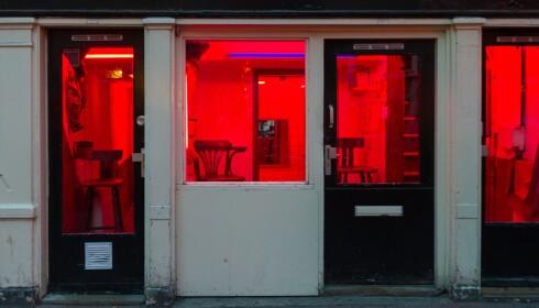 TRADISJONER: Helt tilbake til 1400-tallet har bydelen De Wallen i Amsterdam vært tilhold for prostitusjon. I dag er de trange gatene oversvømt av nysgjerrige turister. Foto: Shutterstock / NTB Scanpix
