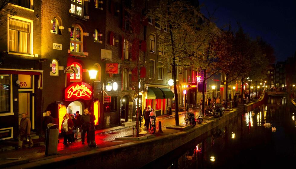 SETTER INN TILTAK: Amsterdams «Red Light District» er verdens mest berømte i sitt slag. Bydelen der de prostituerte holder til, er en av byens største attraksjoner. Nå iverksetter myndighetene tiltak for å begrense tilstrømmingen. Foto: NTB Scanpix